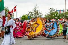 Mexicansk dansgrupp i färgrika klänningar Royaltyfria Bilder