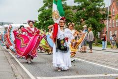 Mexicansk dansgrupp i färgrika klänningar Arkivbild