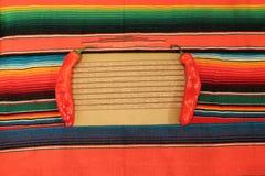 Mexicansk fiestaponchofilt i ljusa färger Arkivfoton