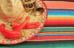 Mexicansk fiestaponchofilt i ljusa färger med sombreron Arkivfoto