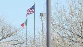 Mexicansk flagga och amerikanska flaggan 2 stock video