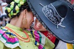 Mexicansk flicka och man som dansar traditionell folk förförisk romantisk dans Royaltyfri Fotografi