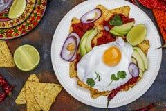 Mexicansk frukost - chilaquilesmaträtt royaltyfria foton