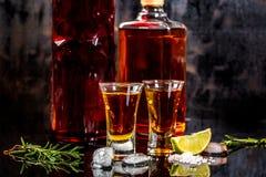 Mexicansk guld- Tequila med limefrukt och att salta på trätabellen, begrepp av mexicansk alkohol arkivfoto