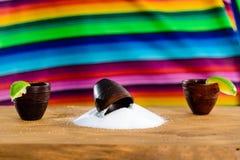 Mexicansk guld- Tequila Selektiv fokus på salt på tabellen, på t royaltyfria bilder
