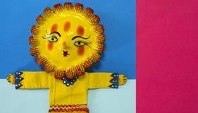 Mexicansk hemslöjd, hand målade dockan som föreställer solen royaltyfria bilder