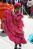 Mexicansk klänning för flickadans Arkivfoton