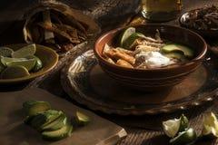 Mexicansk kryddig soppa med limefrukt, tortillan, avokadot och kräm Royaltyfria Bilder