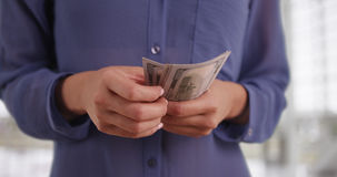 Mexicansk kvinna som räknar hennes kontanta tillbakadragande Arkivfoto