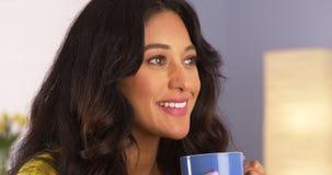 Mexicansk kvinna som tycker om hennes kopp kaffe Arkivbild