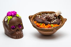 Mexicansk liten Calaverita de azucar choklad och Pollo lurar vågbrytaregodisen Arkivbild