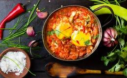 Mexicansk mat - huevosrancheros Ägg som tjuvjagas i tomatsås Royaltyfri Fotografi