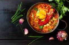 Mexicansk mat - huevosrancheros Ägg som tjuvjagas i tomatsås Royaltyfria Bilder