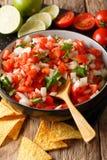 Mexicansk mat: Pico de Gallo närbild i en bunke vertikalt royaltyfri foto