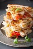 Mexicansk quesadilla med höna, tomaten, majs och ost royaltyfria bilder