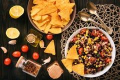Mexicansk sallad med den svarta bönan, havre, tomater och chorizoen arkivbilder