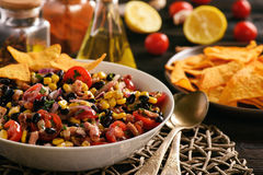 Mexicansk sallad med den svarta bönan, havre, tomater och chorizoen royaltyfria foton