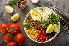 Mexicansk salladbunke med ris och draget griskött royaltyfri foto