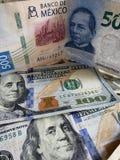 Mexicansk sedel av 500 pesos och amerikanen 100 dollar räkningar arkivfoton