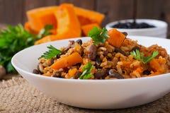 Mexicansk strikt vegetariangrönsakpilaff med haricotbönor och pumpa fotografering för bildbyråer
