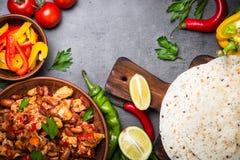 Mexicansk taco för matlagning med köttbönor och grönsaker arkivbilder