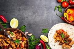 Mexicansk taco för matlagning med köttbönor och grönsaker royaltyfria foton