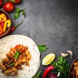 Mexicansk taco för matlagning med köttbönor och grönsaker fotografering för bildbyråer