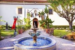 Mexicansk tegelplattaspringbrunn Serra Statue Garden Mission San Buenaventu Royaltyfri Bild