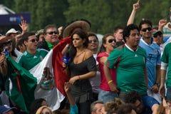 Mexicansk TVpresentatör amongst de Mexico ventilatorerna Fotografering för Bildbyråer