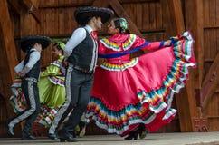 Mexicanska dansare i traditionella dräkter royaltyfri bild
