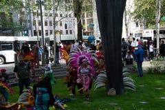 Mexicanska dansare på den Seattle Maj dagen samlar arkivfoto