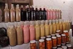 Mexicanska drycker och frukter i flaskor royaltyfri fotografi