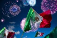 Mexicanska flaggor med fyrverkerier, självständighetsdagen, ce för cincode mayo