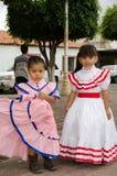 Mexicanska flickor i traditionella klänningar Fotografering för Bildbyråer
