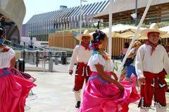 Mexicanska folkloredansare dansar med passion framme av den Mexico paviljongen på EXPON Milano 2015 fotografering för bildbyråer