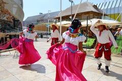 Mexicanska folkloredansare dansar med passion framme av den Mexico paviljongen p? EXPON Milano 2015 royaltyfri bild