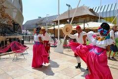 Mexicanska folkloredansare dansar med passion framme av den Mexico paviljongen p? EXPON Milano 2015 royaltyfria bilder