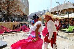 Mexicanska folkloredansare dansar med passion framme av den Mexico paviljongen p? EXPON Milano 2015 arkivfoton