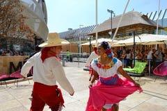 Mexicanska folkloredansare dansar med passion framme av den Mexico paviljongen p? EXPON Milano 2015 fotografering för bildbyråer