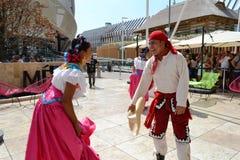 Mexicanska folkloredansare dansar med passion framme av den Mexico paviljongen p? EXPON Milano 2015 royaltyfri fotografi