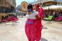 Mexicanska folkloredansare dansar med passion framme av den Mexico paviljongen p? EXPON Milano 2015 royaltyfria foton