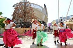 Mexicanska folkloredansare dansar med passion framme av den Mexico paviljongen p? EXPON Milano 2015 royaltyfri foto