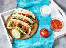 Mexicanska griskötttaco med grönsaker Tacoalpastor på träblå lantlig bakgrund Arkivfoton