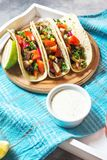 Mexicanska griskötttaco med grönsaker Tacoalpastor på träblå lantlig bakgrund Fotografering för Bildbyråer