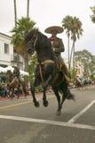 Mexicanska hästryggryttare traver along under invigningsdagen ståtar ner State Street av den gamla spanska dagfiestaen som rymms  Royaltyfria Bilder