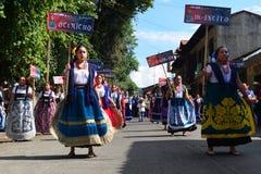 Mexicanska hantverkerskor som gå i skaror i Uruapan Royaltyfri Bild