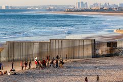 Mexicanska musikbandlekar för rumlare framme av gränsstaketet mellan Mexico och USA, rum för text fotografering för bildbyråer