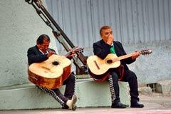 Mexicanska musiker som väntar för att utföra Arkivfoton