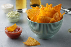 Mexicanska nachos i blått bowlar med att doppa såser och öl som är klara att äta på grå färgtabellen Arkivbild