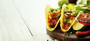 Mexicanska nachoschiper och taco med kött, bönor och salsa royaltyfria foton
